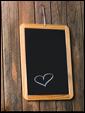 Дощечка на деревянной двери с рисунком сердечка и надписью: жду вечера