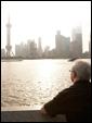 Взрослый мужчина смотрит вдаль, вспоминая все прекрасные моменты, связанные с получателем этой открытки.