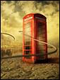 Телефонная будка посреди песчаного берега пустынного озера.